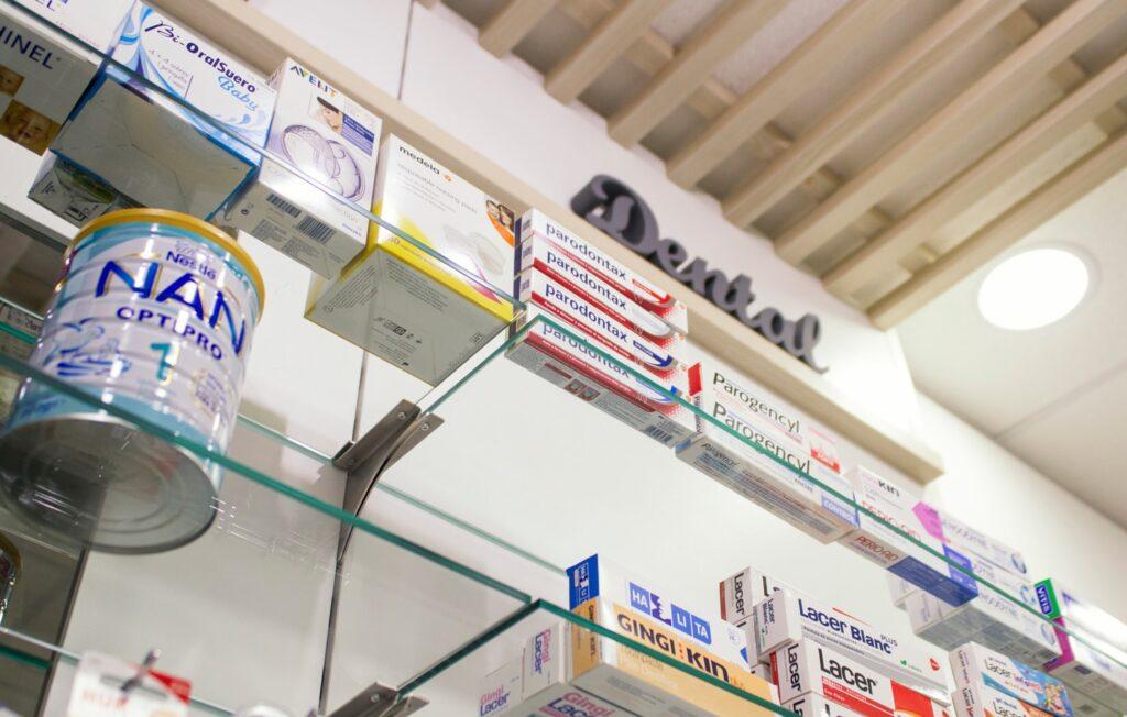 soluciones a pared y divisiones farmacia